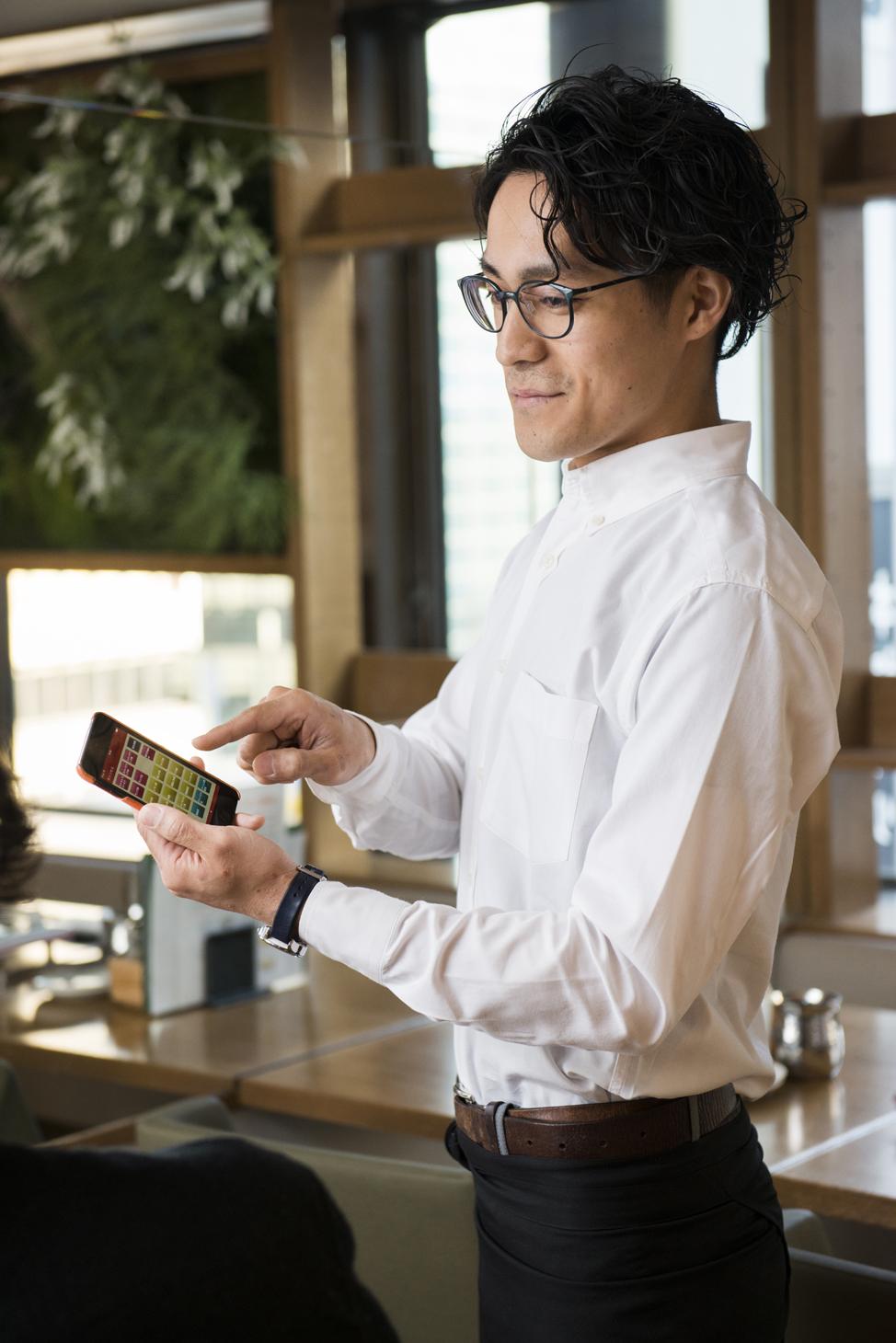 オーダー用アプリ「FlickOrder」を使用する店長菅野様