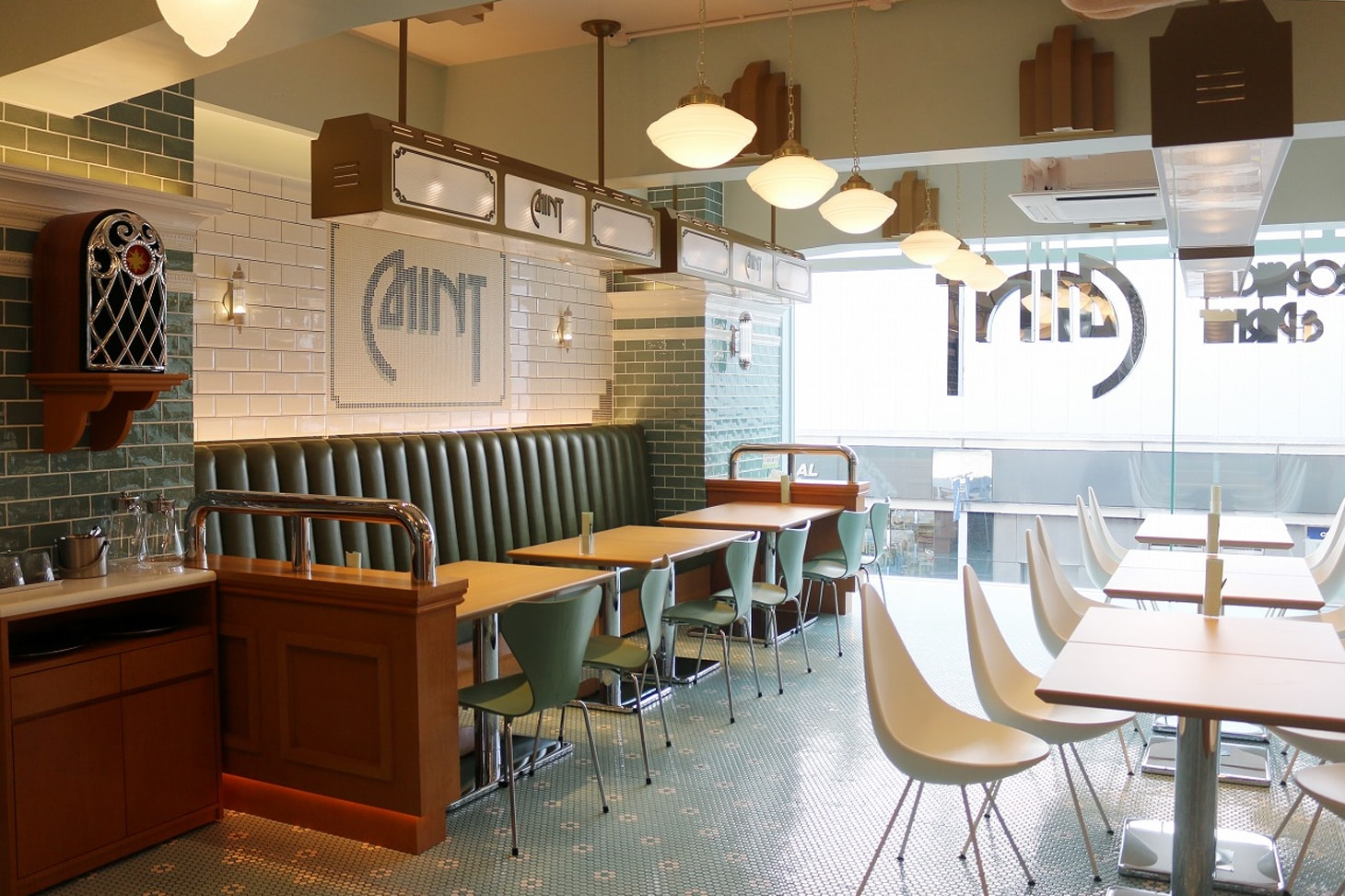 Sapporo Pancake & Parfait Last - グリーンを基調とした店内