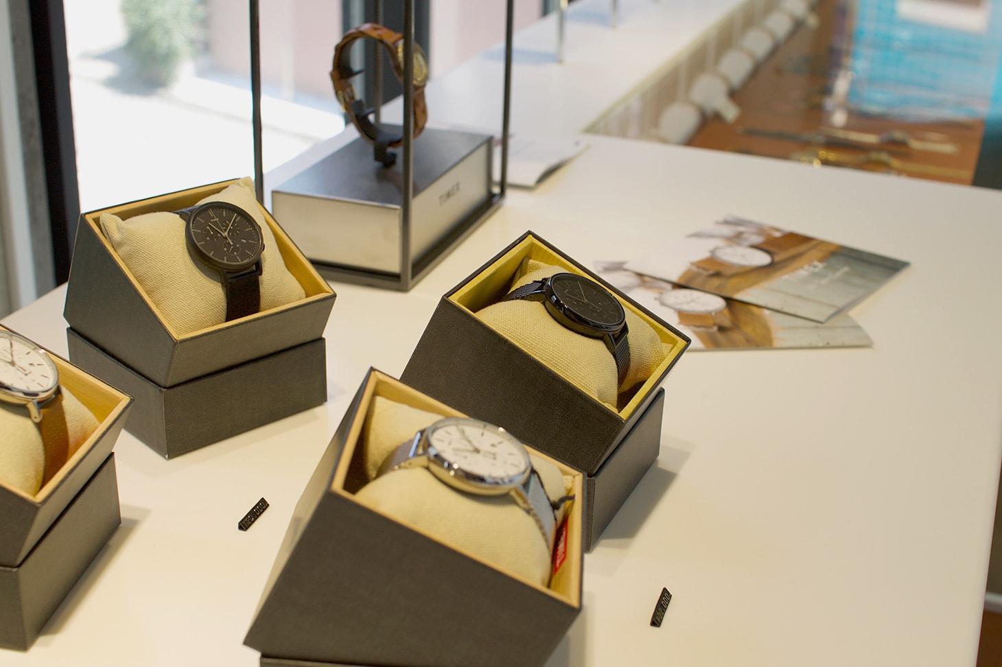 TIMEX TOKYO - スタイリッシュな腕時計が数多く並ぶ様子