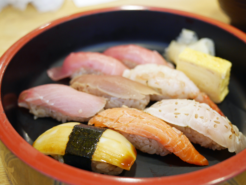 寿司桶に並べられた握り寿司