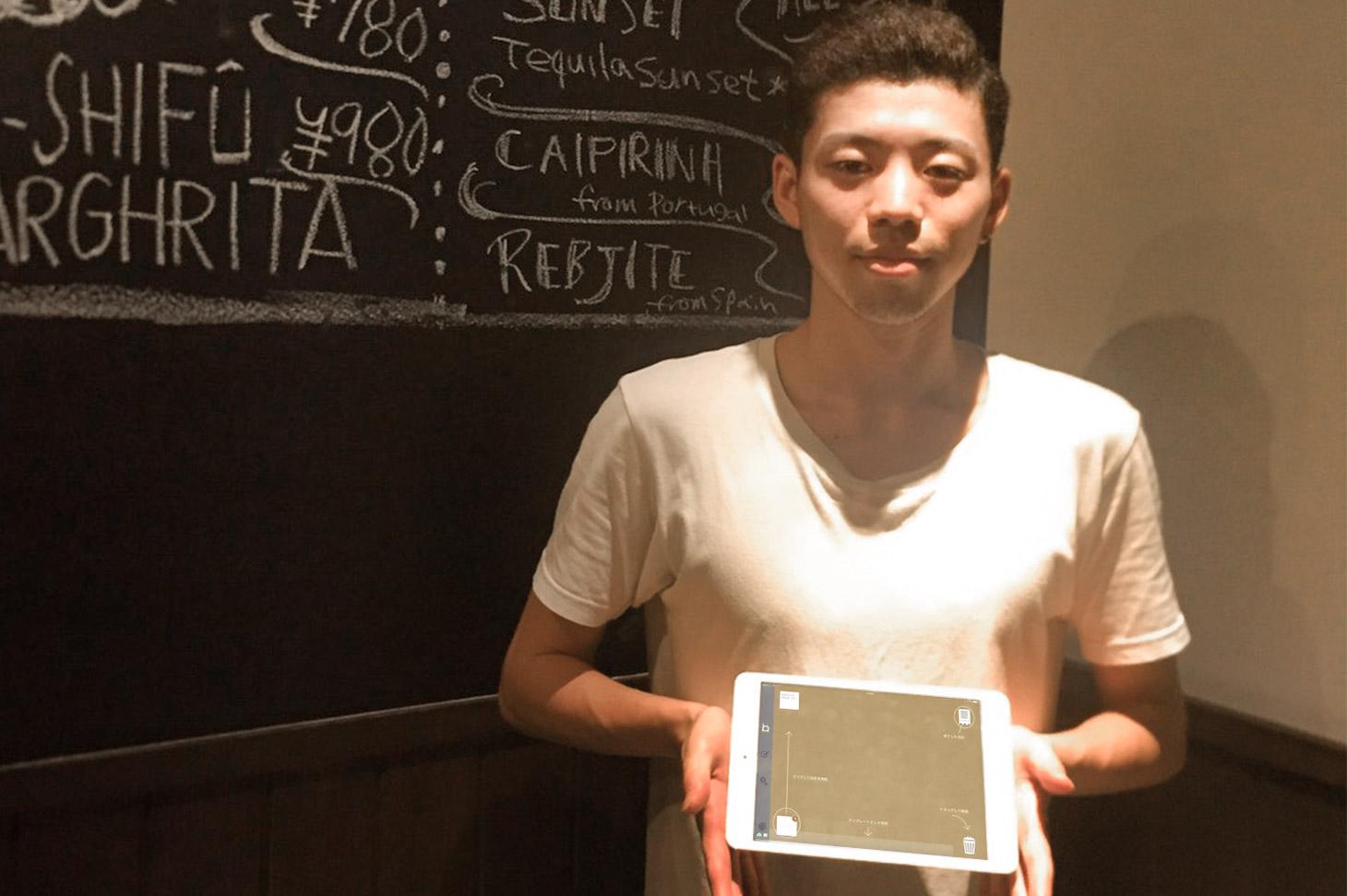 iPad POSレジ「ユビレジ」をもつスタッフ様
